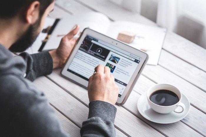 Utente che legge il contenuto di un blog accessibile tramite motori di ricerca