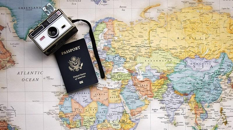 cartina geografica con passaporto